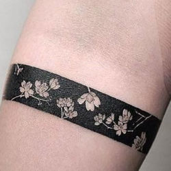 Браслет в черном цвете из полевых цветов