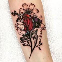 Графическая тату черно-красная с полевыми цветами и треугольниками