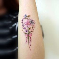Нежный букет в виде тату с полевыми цветами и бантиком