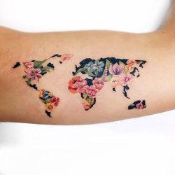 Карта мира из цветов на руке