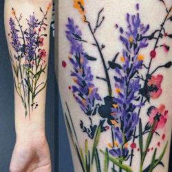 Лаванда с полевыми цветами на руке
