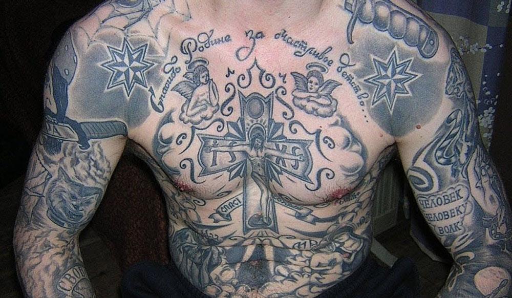 Черно-серые тюремные татуировки у мужчины