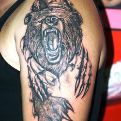 Черно-белая тату медведя рвущего кожу